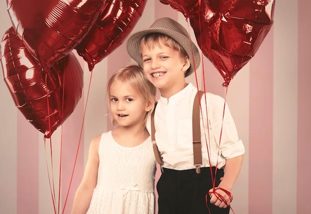 風船とかわいいカップルの肖像画