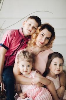 귀여운 가족의 초상화와 미소