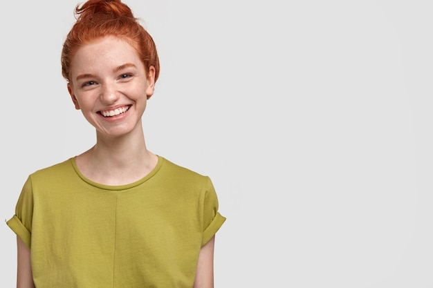 녹색 티셔츠에 귀여운 생강 여자의 초상화
