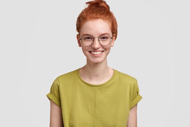 Портрет милой рыжей женщины в зеленой футболке