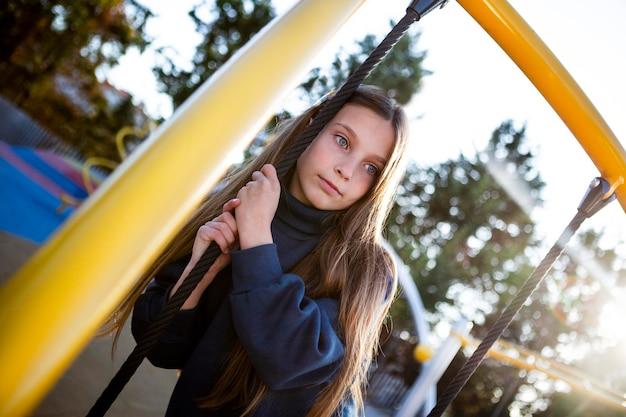 Портрет милой девушки на детской площадке
