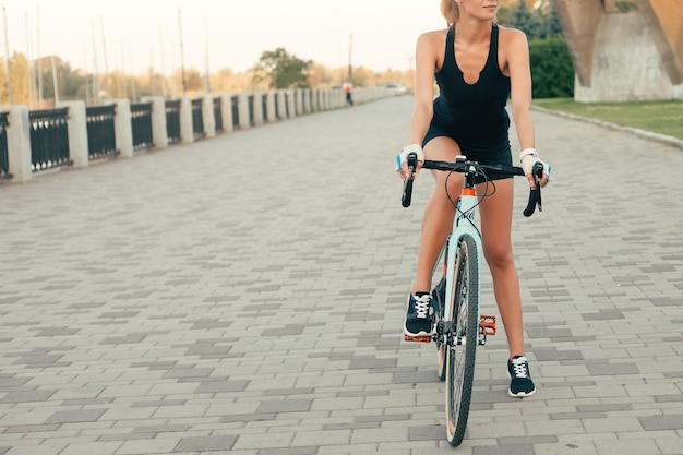 공원에서 그녀의 자전거를 타고 귀여운 소녀의 초상화