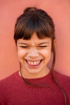 웃는 귀여운 소녀의 초상화