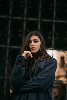 長い髪のかわいい女の子の肖像画 無料写真
