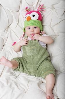 面白い帽子のかわいい幸せな5ヶ月歳の男の子の肖像画。