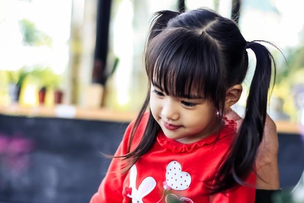 幸せの瞬間にかわいいアジアの少女の肖像画。子供たちは笑顔になります。