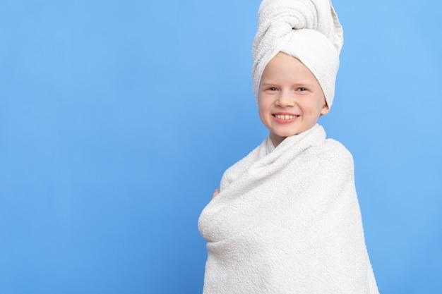 머리에 목욕 수건으로 흰 수건에 싸여 귀여운 작은 백인 여자의 초상화