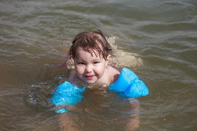水泳かわいい女の子の肖像画