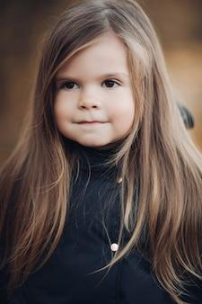 긴 머리와 개암 눈 매체와 귀여운 소녀의 초상화를 닫습니다