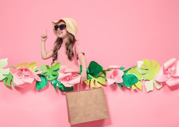 쇼핑백과 귀여운 여자의 초상화