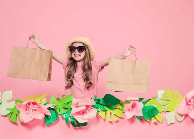 쇼핑백과 귀여운 소녀의 초상화