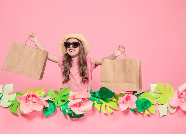 ショッピングバッグとかわいい女の子の肖像画