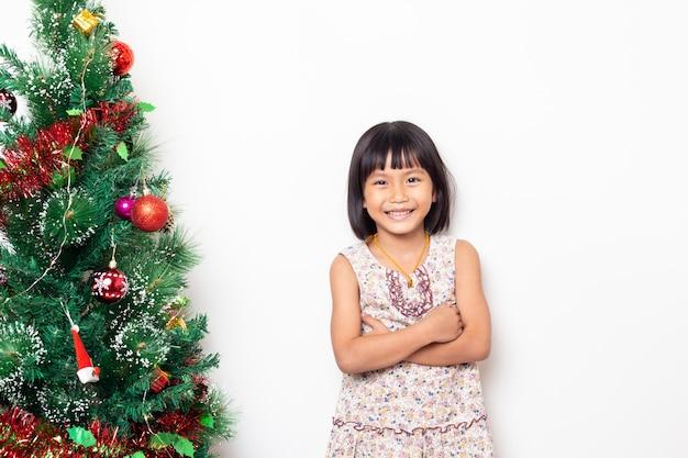 孤立したかわいい小さな幸せな女の子の肖像画