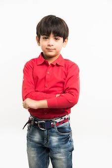 손을 뻗거나 접은 빨간 셔츠를 입은 귀여운 인도 아시아 소년의 초상화