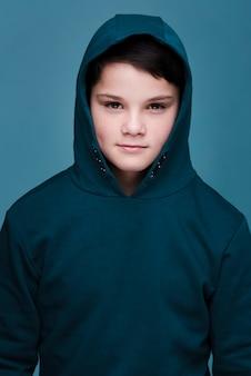 Портрет милого современного мальчика