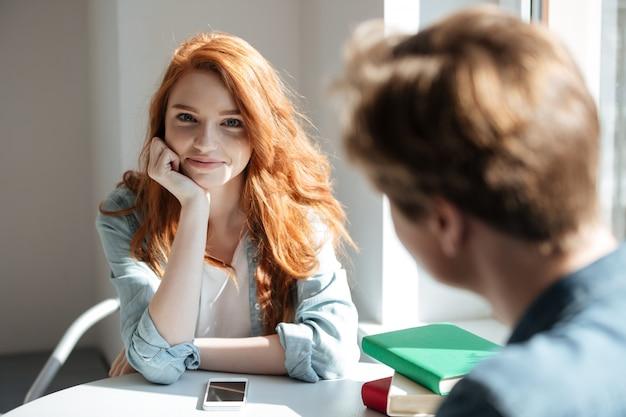 カフェでかわいい赤毛の学生の肖像画