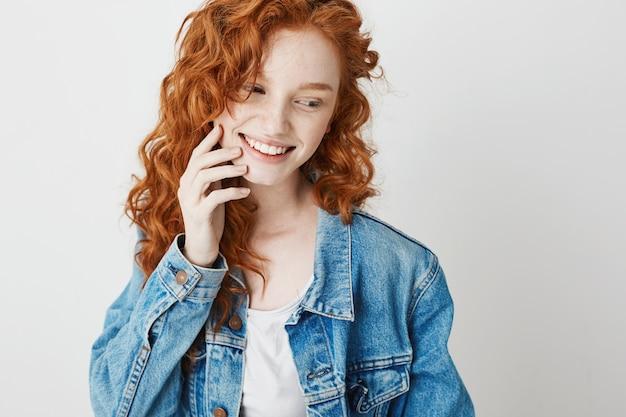 Портрет милый застенчивый рыжий девушка улыбается, глядя в сторону. копировать пространство