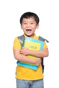 배낭과 다채로운 책, 교육 및 학교 개념으로 돌아가는 귀여운 웃는 소년의 초상화