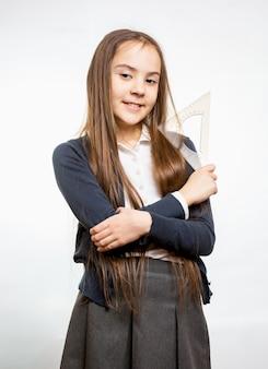 긴 갈색 머리를 가진 귀여운 웃는여 학생의 초상화