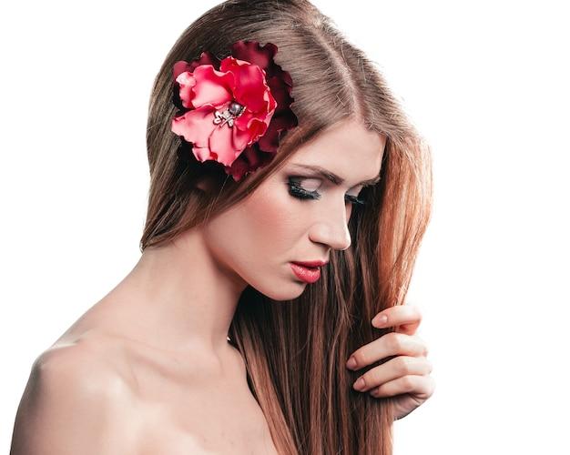 긴 머리를 가진 귀여운 여자의 초상화