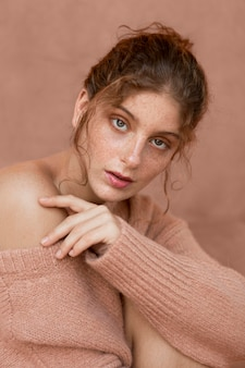 ピンクのセーターとかわいい女性の肖像画