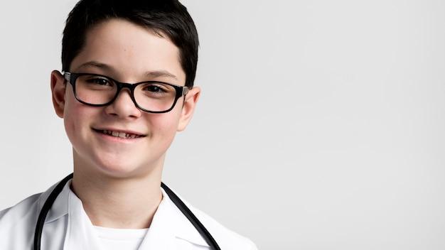 Портрет милый молодой мальчик улыбается