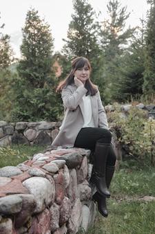 Портрет милой молодой коммерсантки в открытом сельском хозяйстве. красивая женщина в домашней повседневной одежде, идущей в сельской местности. творческое вдохновение и начинающий бизнес. копировать пространство