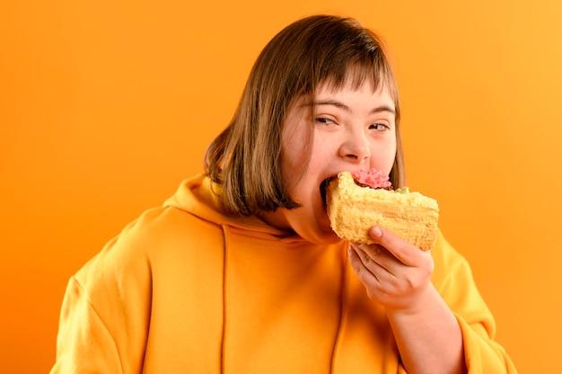 Портрет милая молодая девушка ест торт