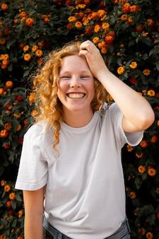 笑っているかわいい若い女の子の肖像画