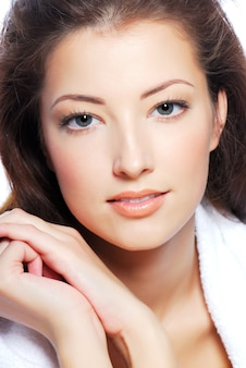かわいい若い女性の顔の肖像画