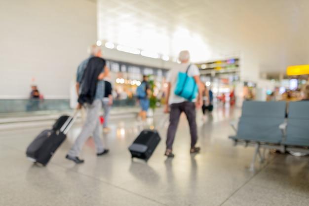 도보 여행자와 함께 공항에서 defocused 터미널 출발 체크인의 초상화
