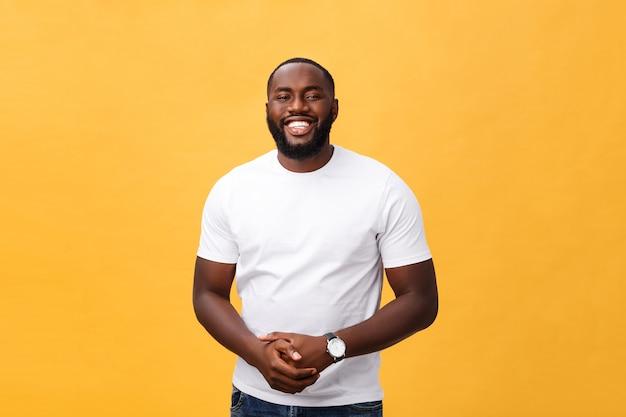 Портрет восхищенного афро-американского мужчины с позитивной улыбкой