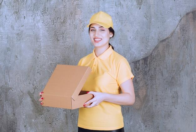 Портрет женщины сотрудника службы доставки, держащей картонную коробку