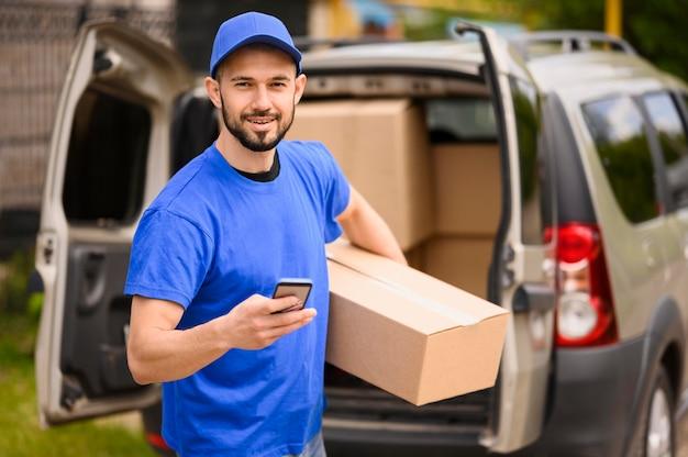Портрет доставщика, перевозящего посылку