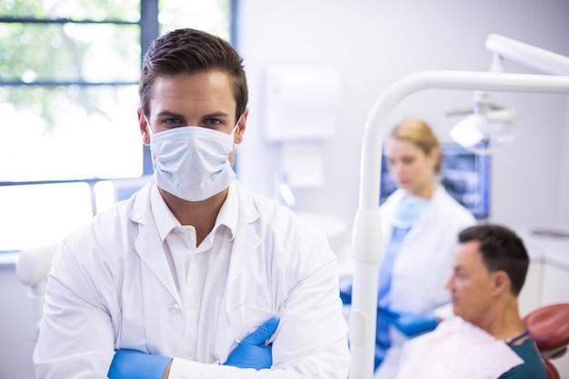 サージカルマスクを身に着けている歯科医の肖像画