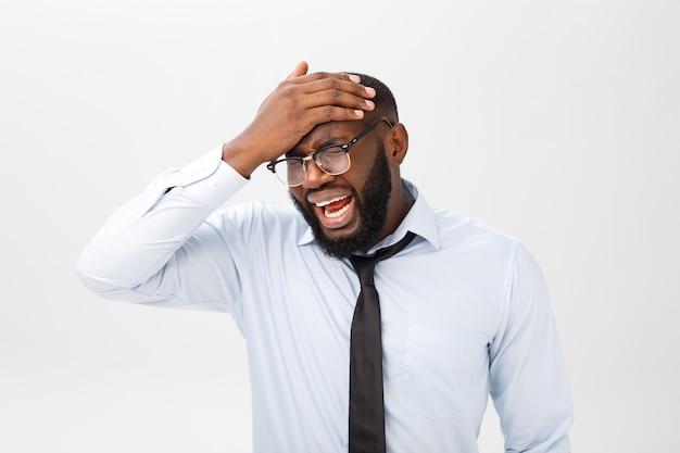 怒りと怒りで叫び、怒りと怒りを感じながら髪を引き裂く絶望的なイライラした黒人男性の肖像画。