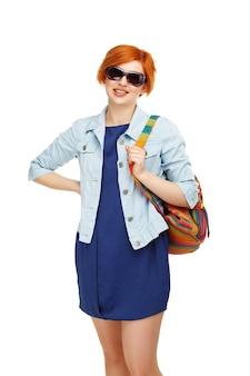 白で隔離色のバックパックと勤勉な女の子の学生大学または大学の肖像画