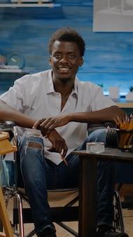 創造性スタジオで障害者のアフリカ系アメリカ人アーティストの肖像画