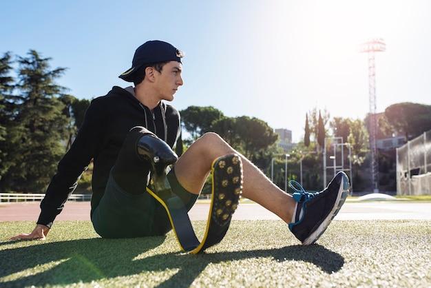 義足を持つ障害者アスリートの肖像画。パラリンピックスポーツコンセプト。