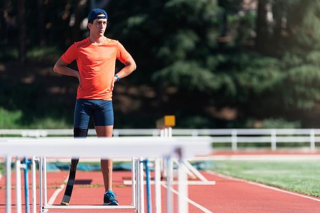 다리 보철물을 가진 장애인 남자 선수의 초상화. 패럴림픽