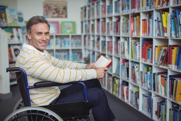 도서관에서 책을 들고 장애인 된 학교 교사의 초상화