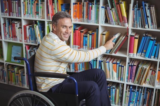 도서관에서 책을 선택하는 장애 학교 교사의 초상화