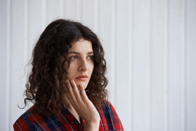 スタジオで失望した女性の肖像画