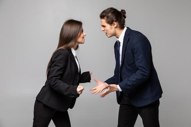 Портрет недоволен сердитой ссорой пары коллег по бизнесу изолированы