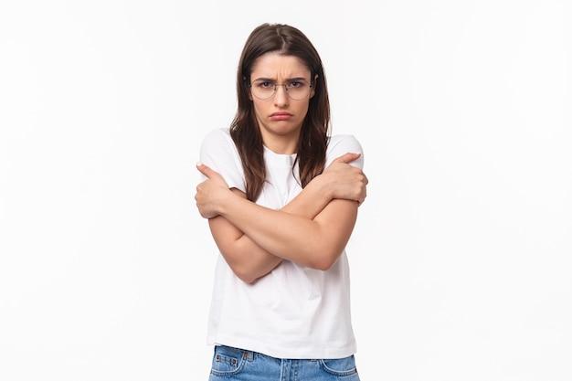 Портрет недовольной сопротивляющейся женщины, чувствующей себя оскорбленной и неуверенной