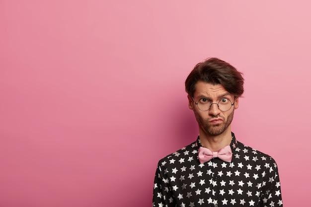 Портрет недовольного небритого мужчины с модной стрижкой
