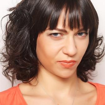 不満の若い女性の肖像画