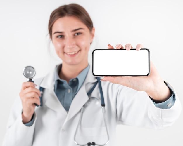 휴대 전화를 들고 의사의 초상화