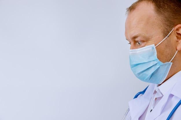 病院の医師の肖像画、サージカルマスクを着用したコロナウイルス
