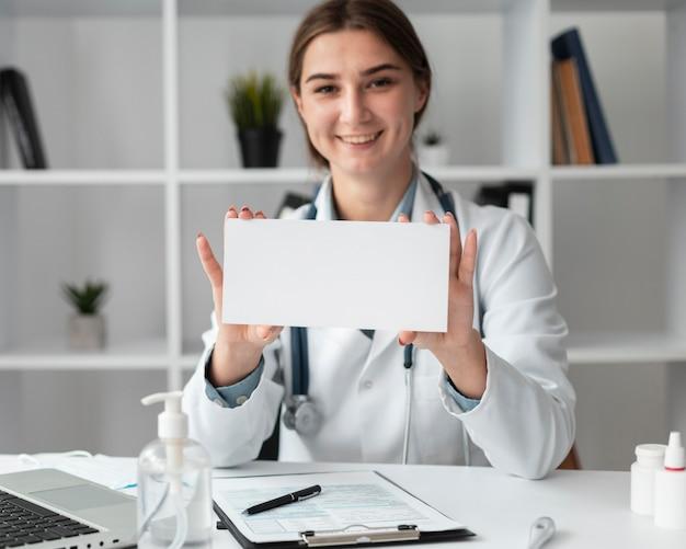 Портрет доктора позирует в больнице
